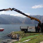 servizio gru effer 585 per movimentazione barche