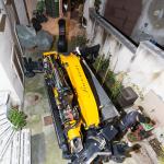 Gru cingolata - Effer 525 - posizionamento gru nella corte di una vecchia casa di paese