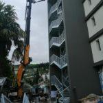 gru cingolata servizio gru per montaggio scala in ferro in uno spazio ristretto