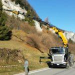 servizio camion con gru effer 585 per taglio abete di natale